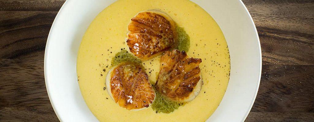 Pétoncles-poêlées-crème-de-mais-vinaigrette-à-la-fleur-dail